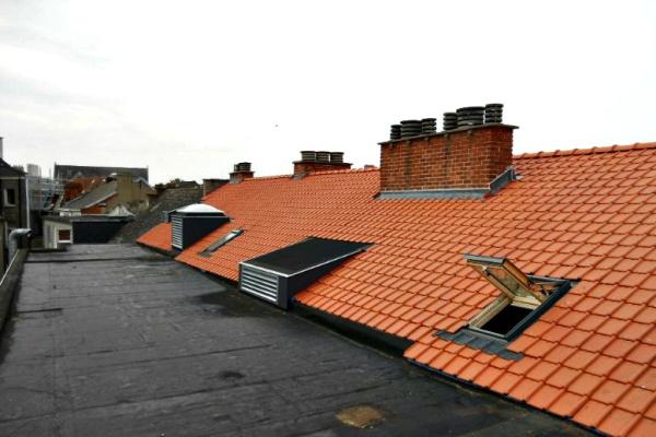Residentie Rio Gent: afbraak en vernieuwen zadeldak met aansluitend plat dak. Aansluitingen schouwen, verluchtingsroosters en buren met lood en loodvervanger.