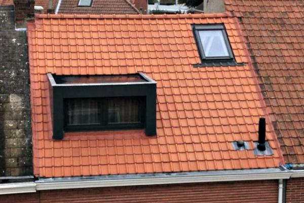 Dakwerken Gent vernieuwen hellend dak, plaatsing Velux-ramen, afwerking dakkapel, aansluiting met dakpannen en muur buurman