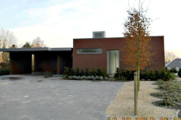 Nieuwbouwwoning in Laarne: bekleden van de dakdoorgangtechnieken (Airco). Bekleden sponde carport. Plaatsen van regenwaterafvoeren.