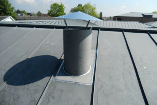 Rusthuis in Moerbeke Waas: plaatsen van een zinken dakdoorgang (dak in staande naad met Quartz zink) voor een ventilatiesysteem op zolder