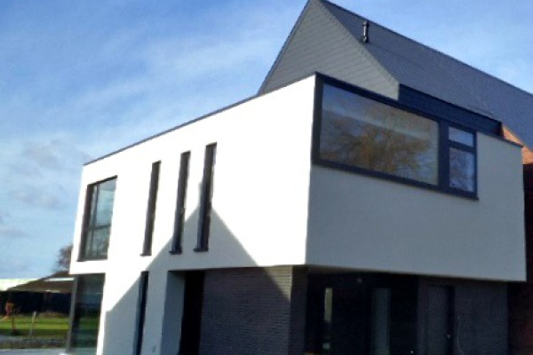 Nieuwbouwproject Oosterzele: plaatsen van alucachering op gevel en lattenwerk. Plaatsen onderdak zadeldak en afwerken met leien.