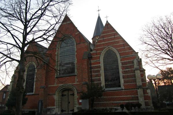 Sint-Antoniuskerk in Moerbeke-Waas: vervangen van loden afwerking op kerktoren. Nieuwe afwerking geplaatst in Quartz zink. Vervangen van tapbuizen en herstellen van soldeerwerk.