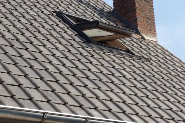 Dakrenovatie: timmerwerk,Dakrenovatie: timmerwerk, zinken goten en regenafvoeren vernieuwd. Plaatsing nieuw Velux-raam, onderdak en nieuwe pannen.